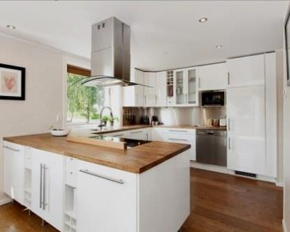 Remodelações de cozinhas com móveis lacados a branco alto brilho.