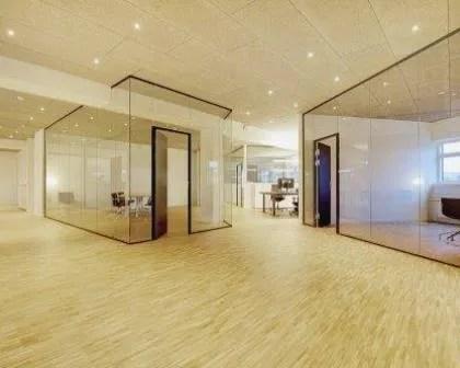Remodelações de escritórios com divisórias de vidro.