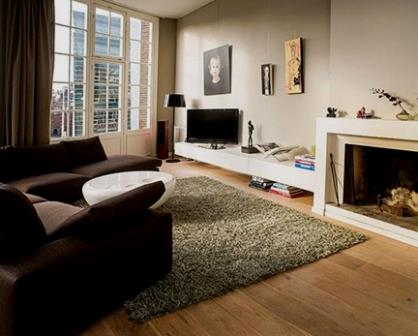 Remodelações de interiores com pavimento em pinho.
