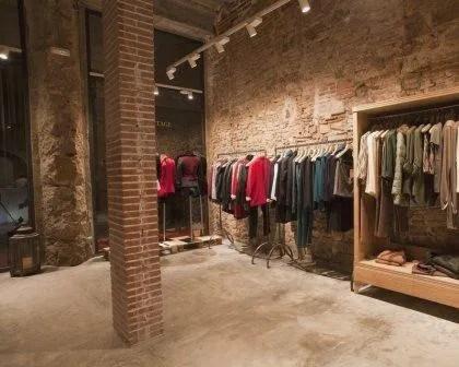 Remodelações de lojas com parede à vista e sem reboco.