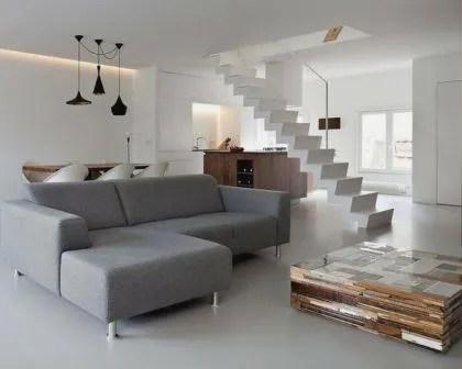 Remodelações de moradias com escada integrada na sala.