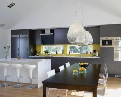Remodelações de moradias: Cozinha com móveis revestidos a melamina.