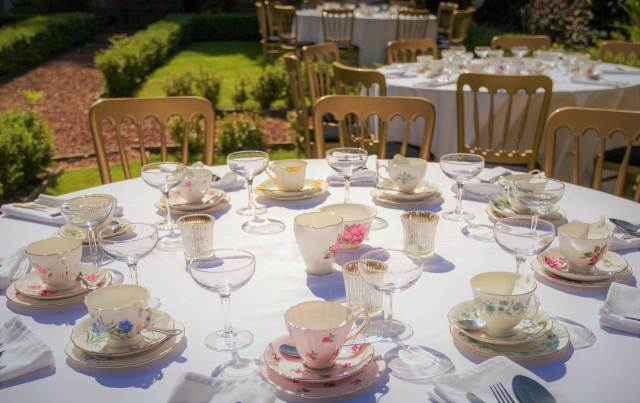 Styling ideas for a vintage wedding using vintage china
