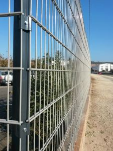 Verja residencial industrial de DOBLE HILO 6/8/6 gris