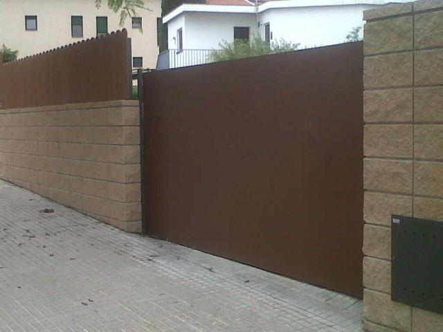 Vinuesa vallas cercados puerta corredera de chapa for Puerta corredera jardin