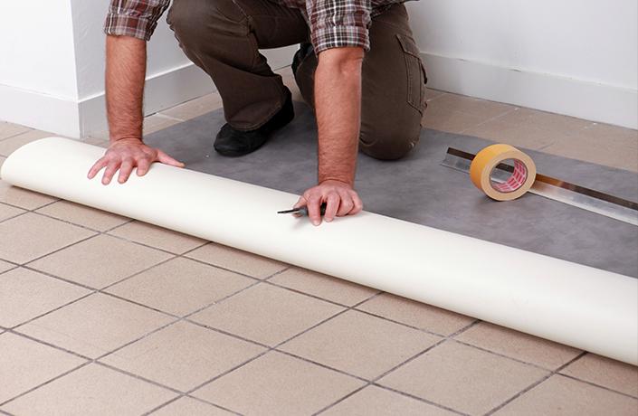 hombre-instalando-un-piso-de-vinilo
