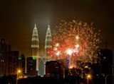item0.rendition.slideshowWideHorizontal.kuala-lumpur-malaysia-new-years-fireworks-dashuki-mohd-getty