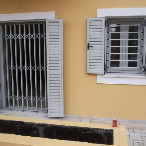 Barras de seguridad en las ventanas correderas y rejas de seguridad en las puertas.