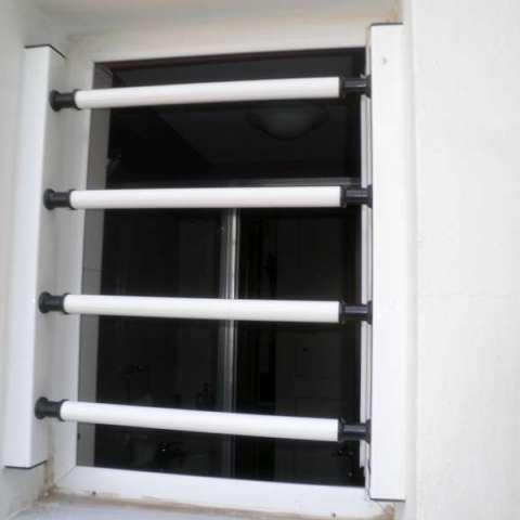 Instalación exterior en la ventana de la habitación de unas barras de seguridad fijas.