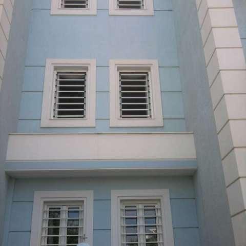 Barras de seguridad fijas, en una casa unifamiliar de tres plantas.