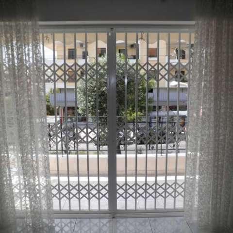 Instalación externa de una reja de seguridad Viometaloumin con láminas de acero.
