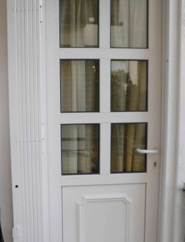 Folding security doors with an external aluminium coating and internal reinforcement from rotating steel bars
