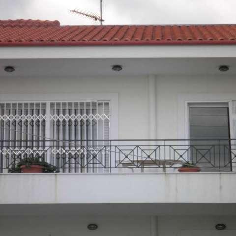 Πτυσσόμενες πόρτες ασφαλείας σε μονοκατοικία στο Πικέρμι
