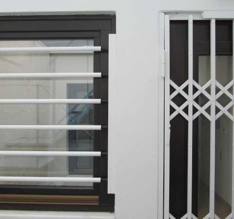 Σταθερές μπάρες ασφαλείας σε παράθυρο κουζίνας στο Βραχάτι Κορινθίας.