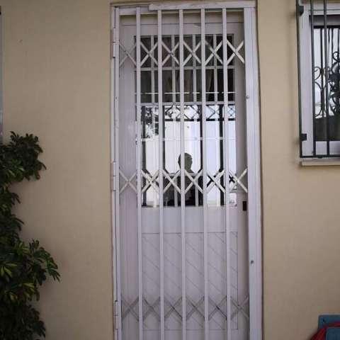 Πτυσσόμενα Κάγκελα ασφαλείας σε πόρτα κουζίνας
