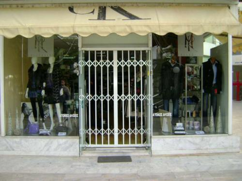 Πτυσσόμενη ασφάλεια Τ-100 σε είσοδο καταστήματος ρούχων