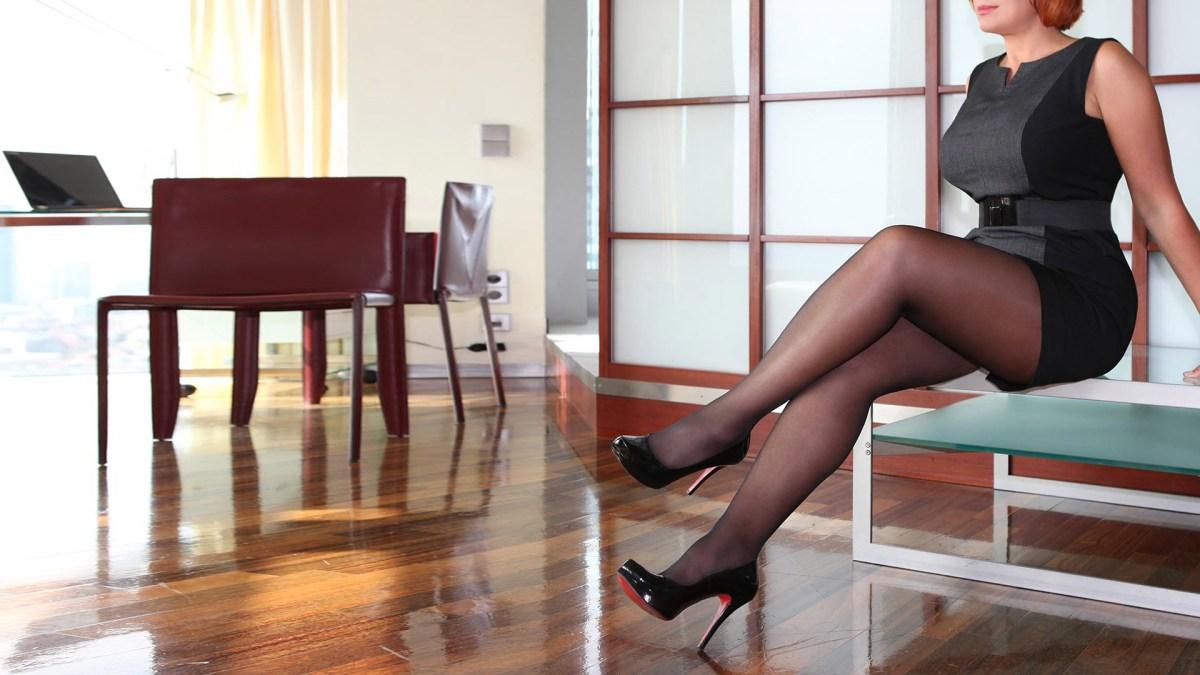 Sofia Geschäftsfrau und High Class Escort Independent in Louboutin High Heels in der Pause bei der Arbeit