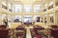 Hell und mit weißem Marmor versehen: Die Lobby