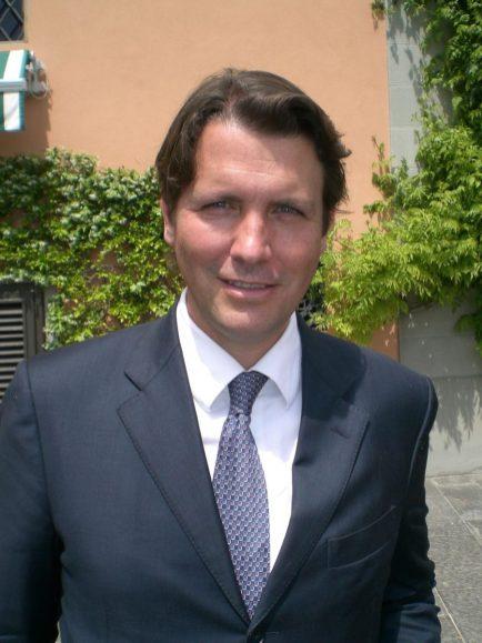 Salvatore Ferragamo Jr. vor dem Weingut Il Borro in der Toskana