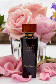 Edel und Exklusiv: Der Parfum Flakon von Leather Rose mit echtem toskanischen Wurzelholz