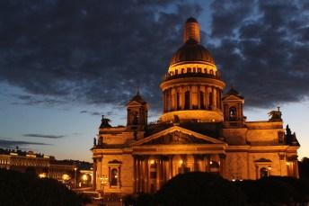 Blick vom Astoria Hotelzimmer auf die Isaaks Kathedrale während der weissen Nächte um Mitternacht