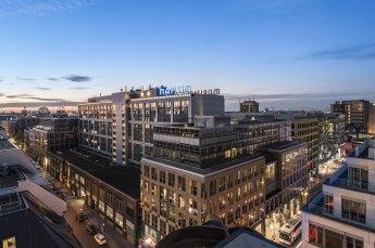 Nur eine Station vom Hauptbahnhof und wenige Schritte vom Bahnhof Friedrichstrasse gelegen besticht das Hotel Maritim proArte durch seine ideale Lage. Von hier aus läßt sich die historische Mitte zu Fuß erkunden.