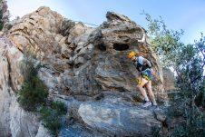 """Das """"Oman by UTMB"""" Rennen führt vorbei an engen und steilen Felsvorsprüngen. Foto Copyright: Omanbyutmb.com, Sultanate of Oman"""