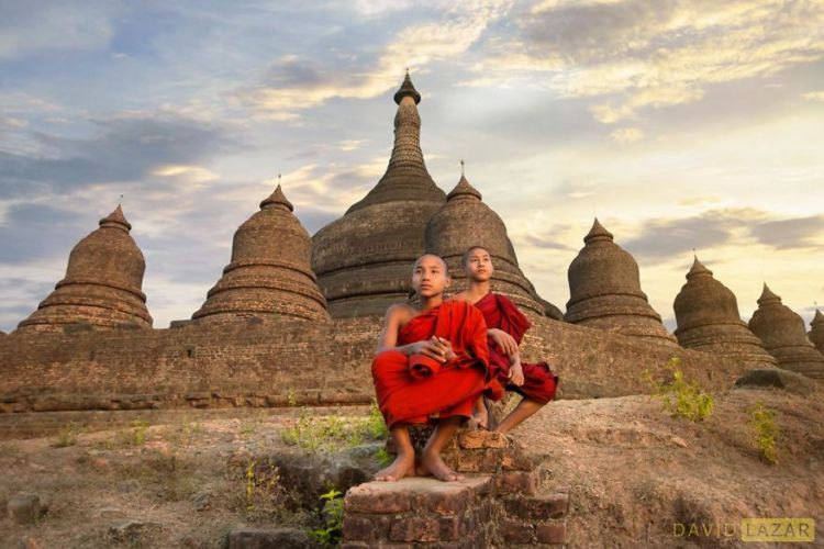 9-two-monks-at-mrauk-u