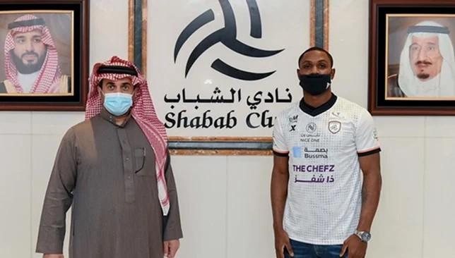 رئيس نادي الشباب السعودي مع المهاجم اوديون ايجالو