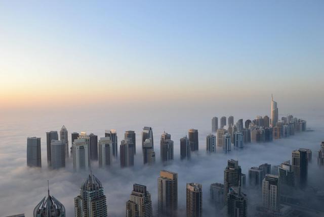 wolkenkrabbers in Dubai door mist heen