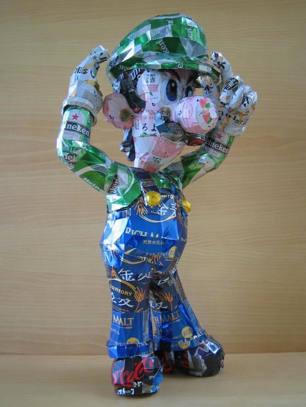 Luigi van Mario Bros gemaakt van lege blikjes drank