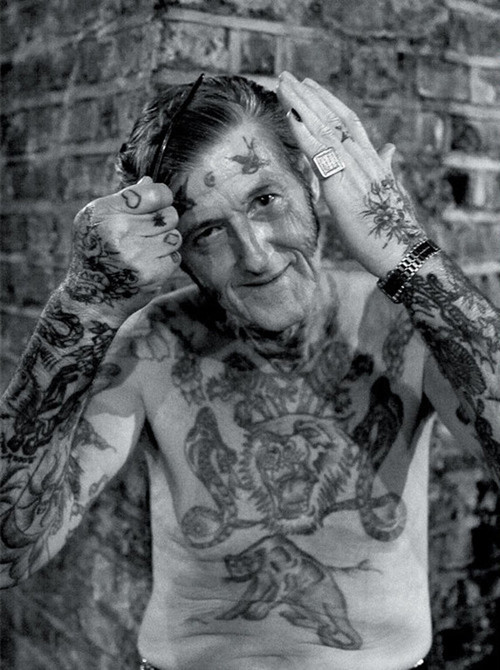 Oude vent met tattoo