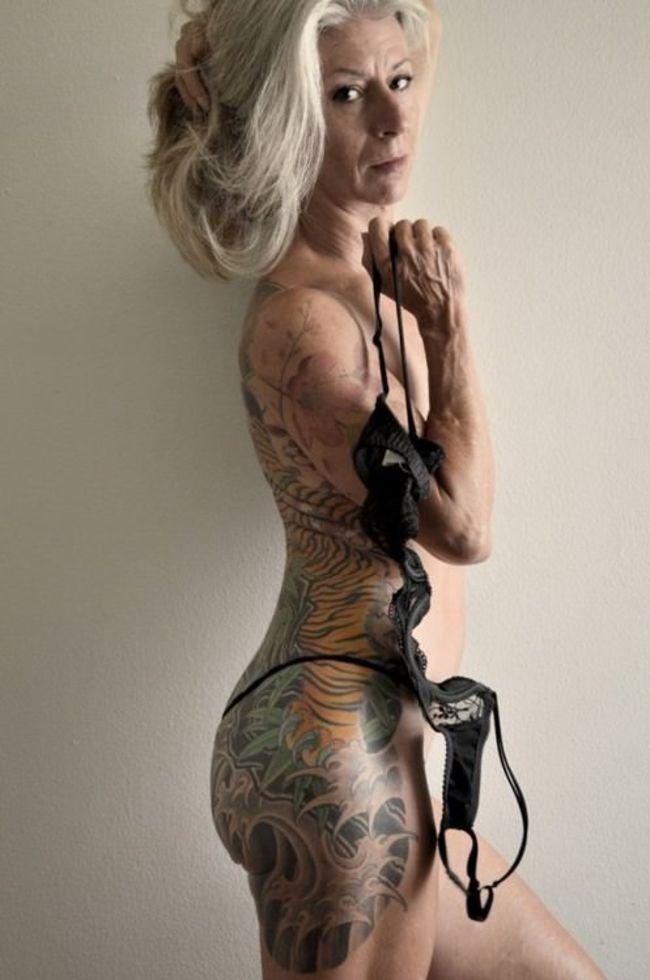 Oude vrouw met tattoos