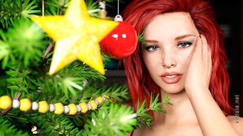 Сексапильная девушка Эмма Свит стоит рядом с новогодней елкои и смотрит в камеру