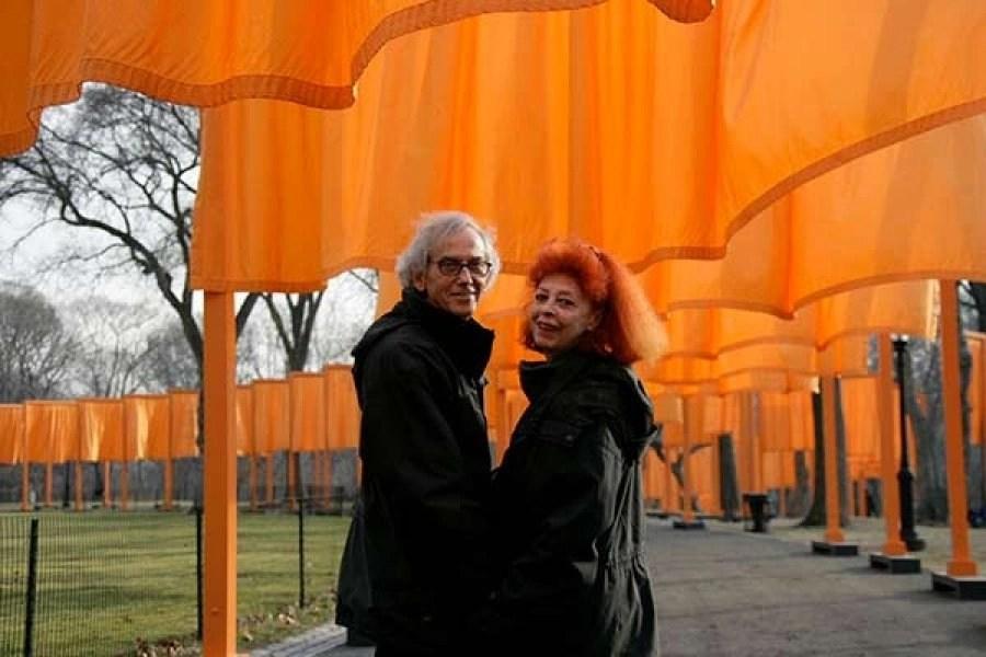 """Christo e Jeanne-Claude durante la realizzazione dell'installazione """"The Gates"""" al Central Park di New York"""