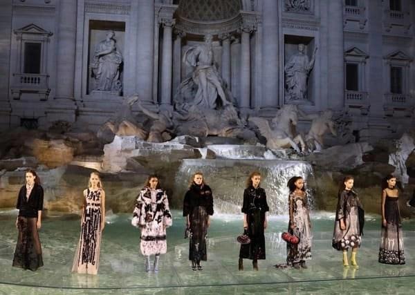 La sfilata condotta dalla maison Fendi usando come palcoscenico la Fontana di Trevi restaurata con la sua donazione