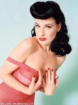 2016 Dita Von Teese, pseudonimo di Heather Renéè Sweet (Rochester, 28 settembre 1972) è una modella statunitense, show girl del burlesque e specializzata in performance fetishcore. Il suo look da vera pin-up ricorda molto quello della sua antesignana Betty Page.