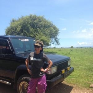 Gaya di depan Jeep! Kok celananya off ya! :p