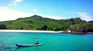 Pantai Merah Muda dengan laut toska