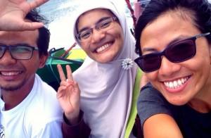 Selfie di speed boat itu sulit sekali, pembaca!