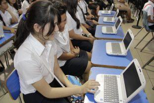 Estudiantes durante la entrega de computadoras