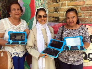 El compromiso de los docentes es fundamental para transformar las prácticas de aula con las TIC. Aquí docentes de Bucaramanga, Santander al oriente colombiano, reciben tabletas como dotación.