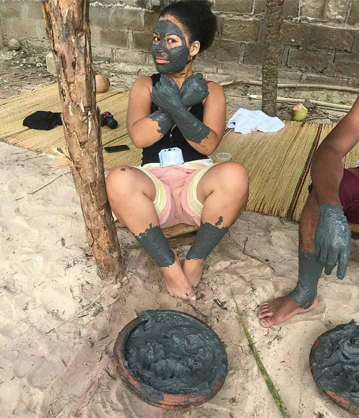 Un Self-bodyPainting ou le masque écolo d'une escapade à Gogotinkpon ! Un Détour par Gogotinkpon rime avec des aventures hors codes et en mode détente à 100% écologique, dans les mangroves du Lac Ahémé : selfbody painting ou réaliser son maquillage écolo avec l'argile multifonctions appelée tôbô de Gogotinkpon ! #LionelDavenciAttere
