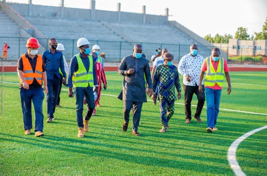Le Ministre Oswald HOMEKY en visite sur les stades en construction dans le Couffo : « les chantiers doivent être livrés dans les délais requis »