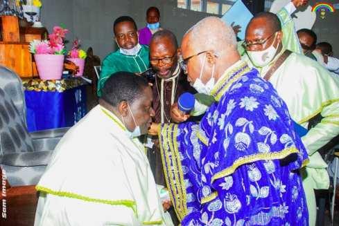 Le Révérend Pasteur Bennett A. Adéogun (à droite en bleu) et le Vénérable Suprême Évangéliste Jean Sènou Kôkôyè (en blanc à gauche)