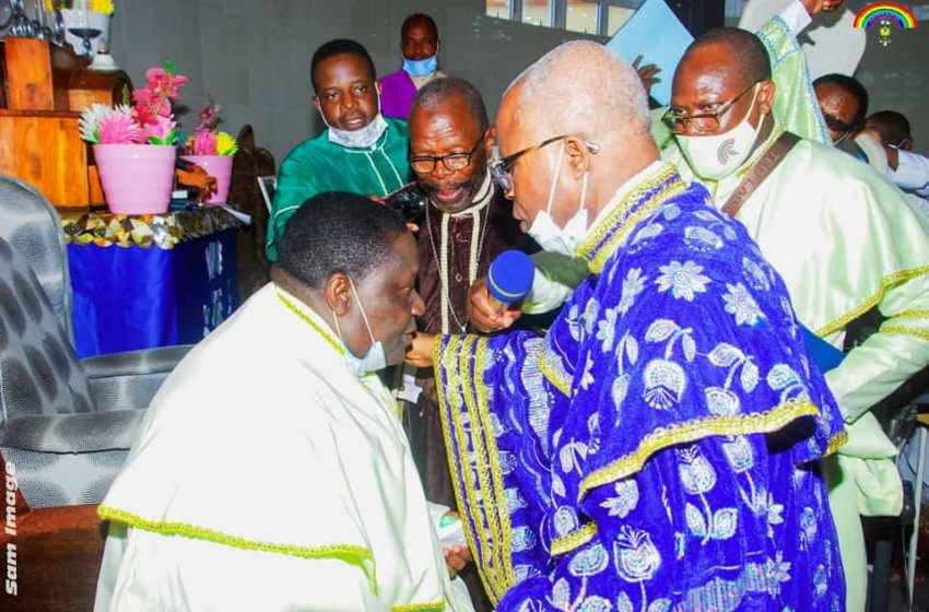 Investiture du nouveau chargé de la paroisse ECC d'Akpakpa Centre : Le Révérend Pasteur Bennett A. Adéogun confie le Vénérable Suprême Évangéliste Jean Sènou Kôkôyè et les fidèles à Dieu