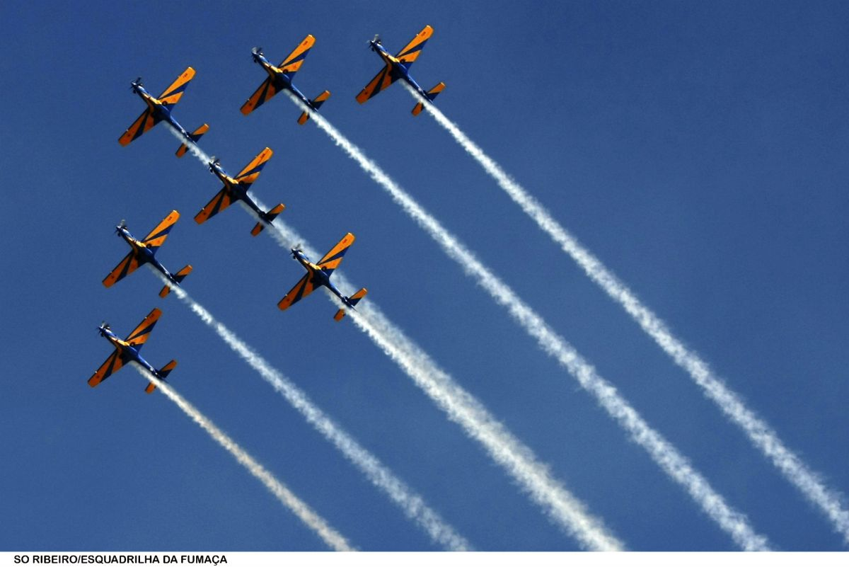 Esquadrilha da Fumaça encanta céu da Barra no sábado (14)
