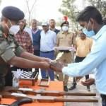 आशीष विश्वकर्मा ने बनाई लकड़ी की एके-47 राइफल, देखकर सेना के अधिकारी हुये खुश