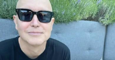 Mark Hoppus do blink 182 aparece careca Vision Art NEWS