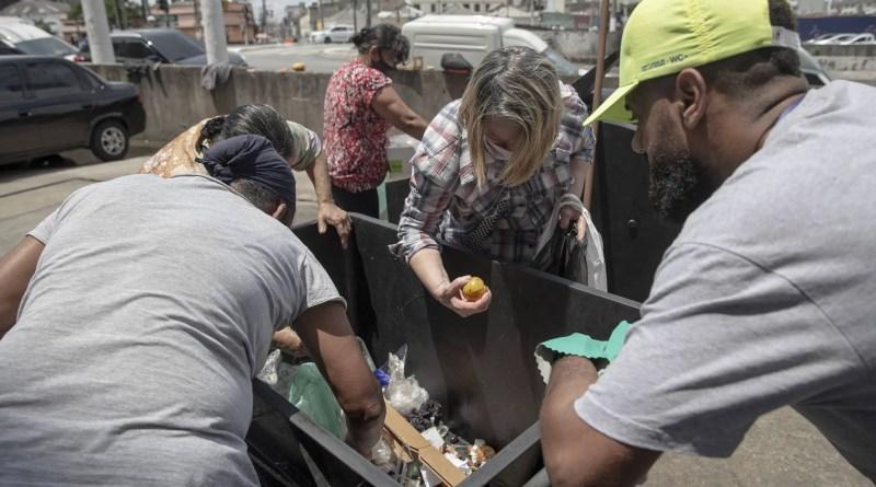 Fome leva famílias a revirar lixo e buscar alimentos próximos do descarte – 23/10/2021 – Mercado